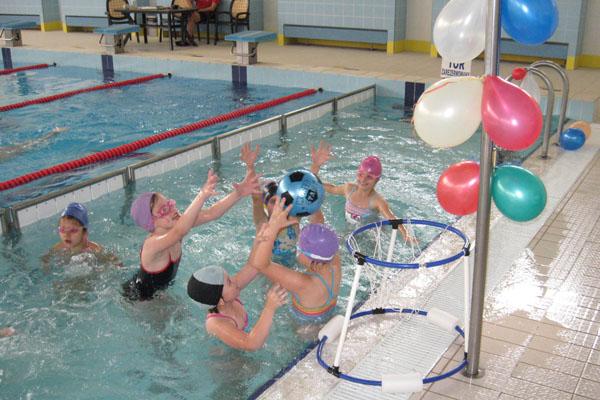 dzieci grają w koszykówkę w basenie