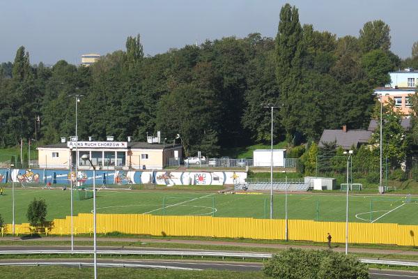 widok boiska i budynku z oddali