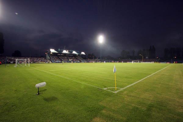 widok boiska przy oświetleniu