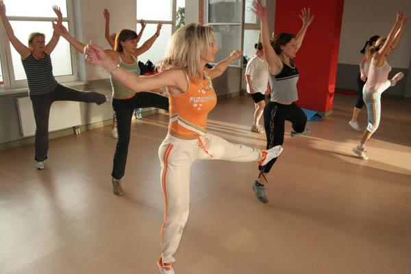 sala fitness - ćwiczący ludzie