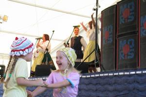 dzieci bawią się przy scenie