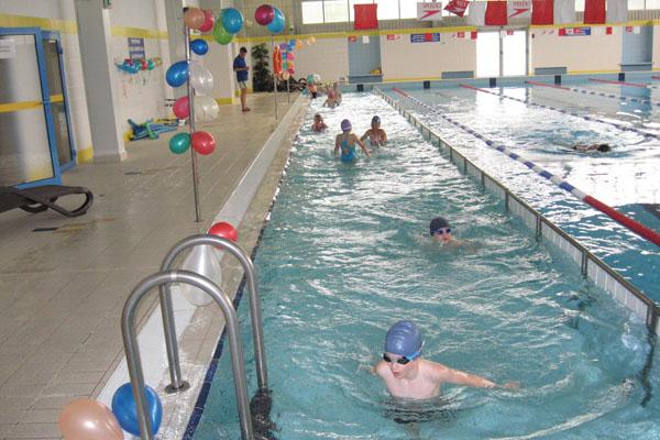 dzieci pływają na basenie