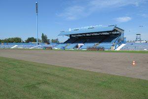 wykładanie trawy na boisku