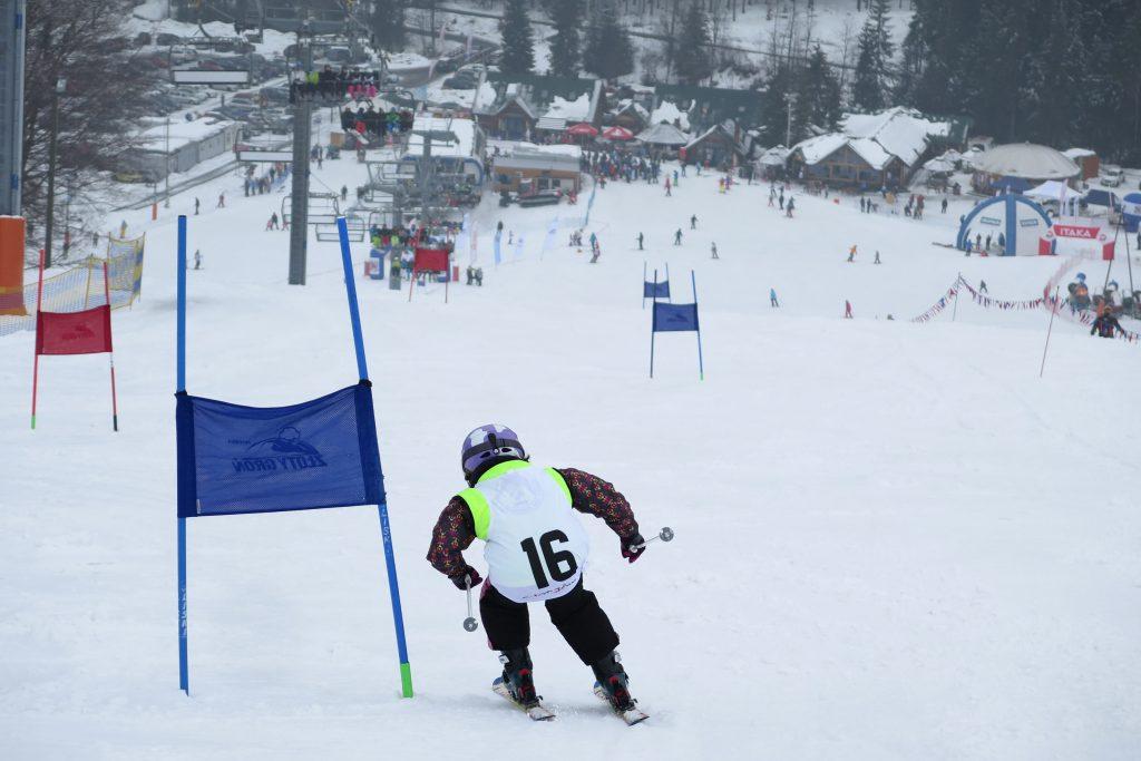 zjazd narciarza