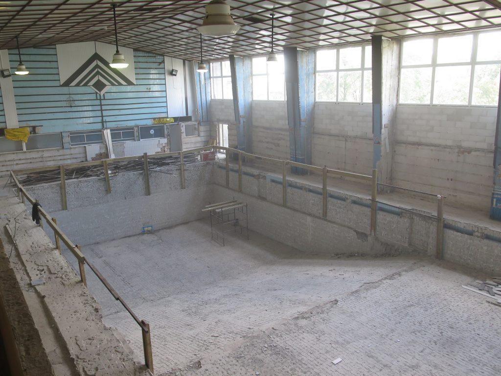 Niecka basenowa w trakcie remontu.