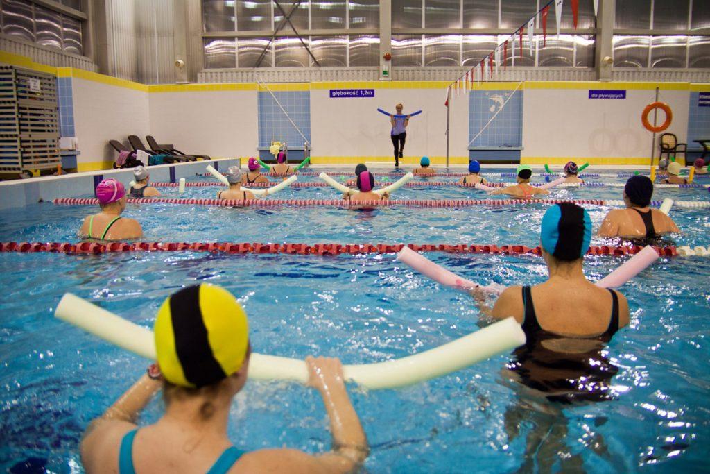 osoby ćwiczą na zajęciach aqua aerobik