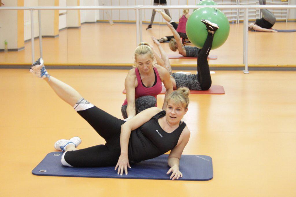 instruktorka instruuje ćwiczącą