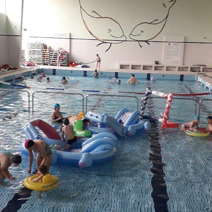ludzie w basenie