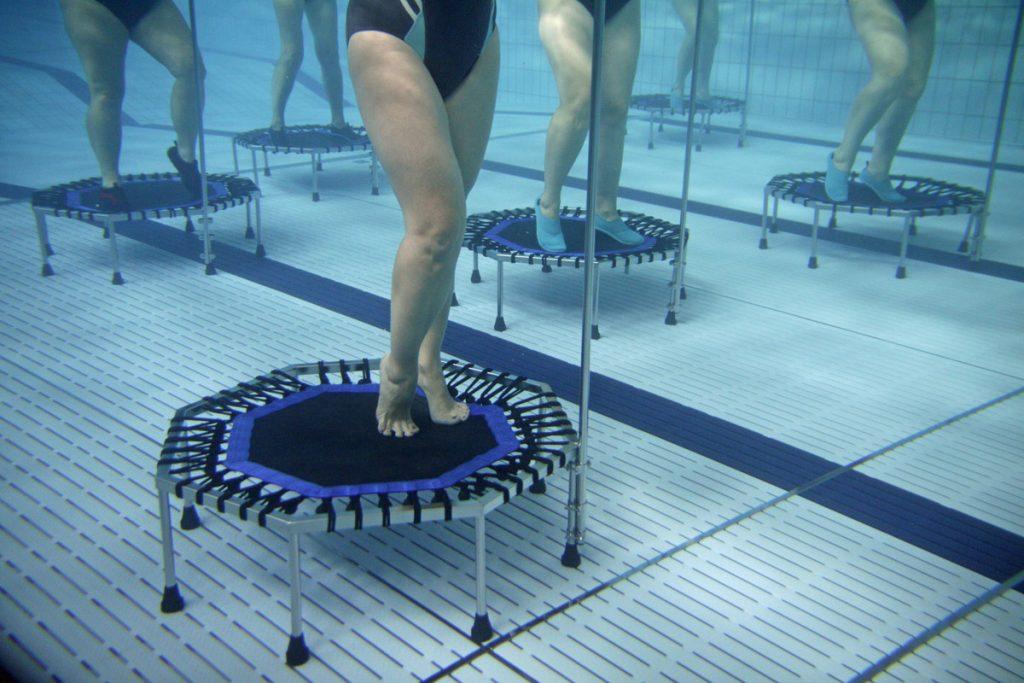 osoby na trampolinach w wodzie